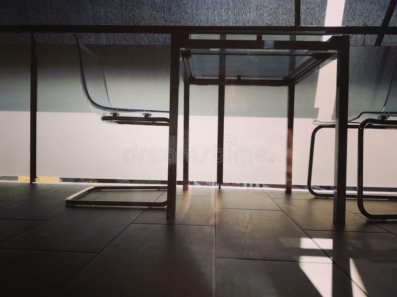 Tabela e cadeiras no balcão vista inferior, luz suave fotografia de stock royalty free