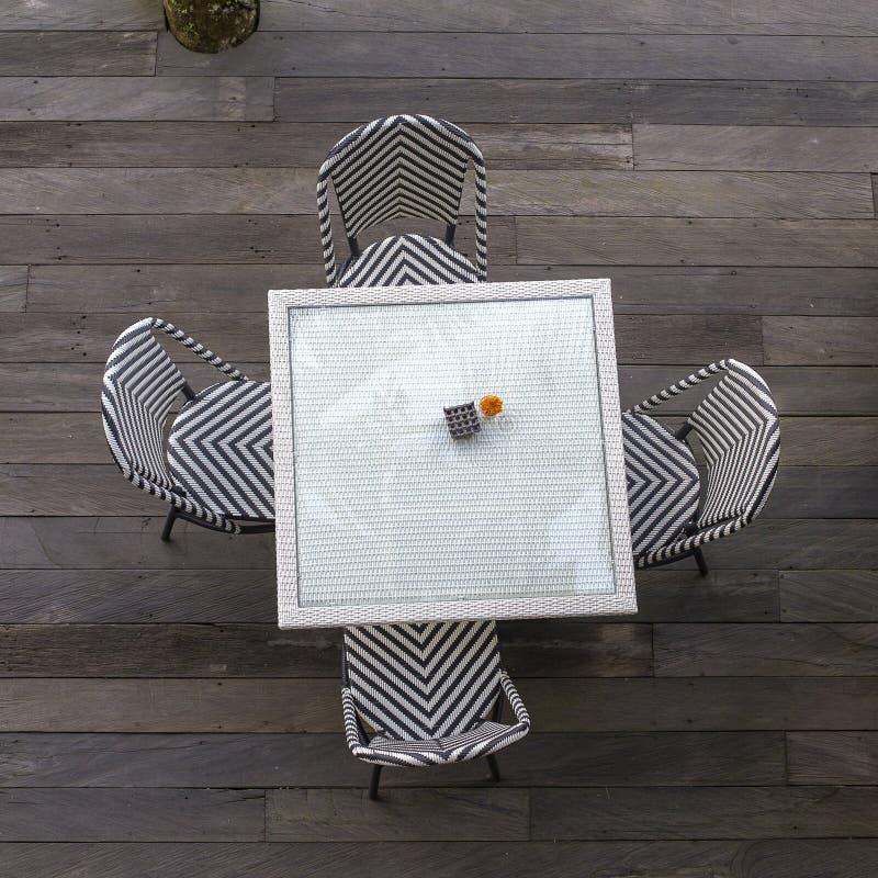 Tabela e cadeiras no café vazio em seguida a praia, vista superior, Bali, Indonésia fotos de stock royalty free