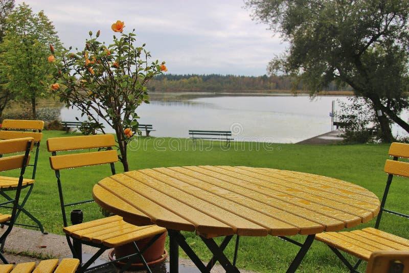 Tabela e cadeiras no Lido do lago ibm, ou do lago Heratinger, em Upper Austria, no outono foto de stock