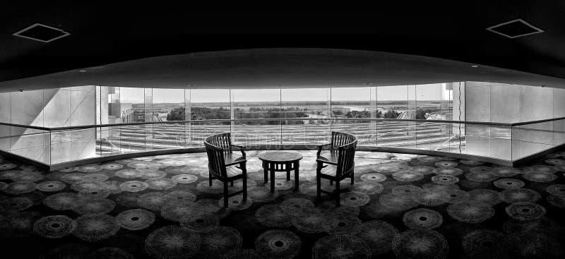 Tabela e cadeiras simétricas fotografia de stock
