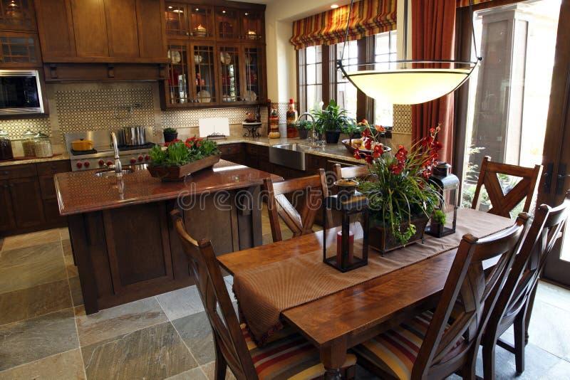 Tabela e cozinha de jantar fotografia de stock