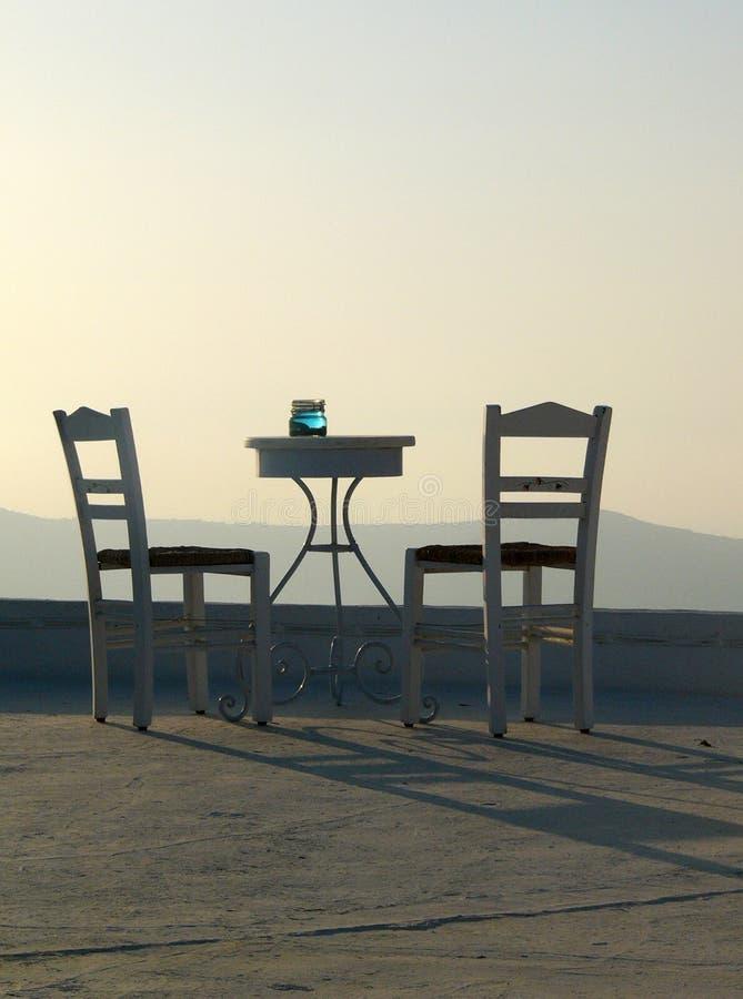 Tabela e duas cadeiras imagem de stock royalty free