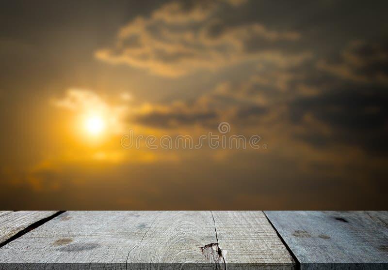 Tabela e luz do sol de madeira cinzentas vazias selecionadas do foco no eveni fotos de stock