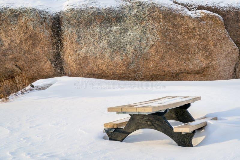 A tabela e o granito de piquenique balançam na área de recreação de Vedauwoo foto de stock royalty free