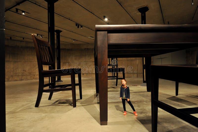 A tabela e quatro cadeiras são uma escultura com várias partes de um grupo da sala de jantar imagens de stock royalty free