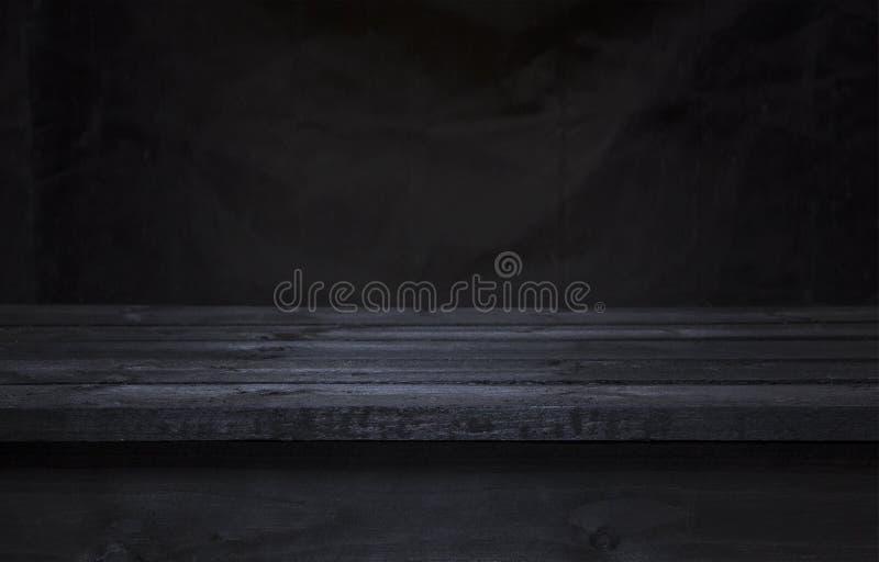 Tabela escura da placa de madeira para a montagem da exposição do produto, interior de madeira preto fotos de stock
