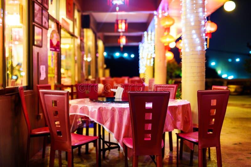 Tabela exterior do restaurante chinês na noite fotografia de stock royalty free
