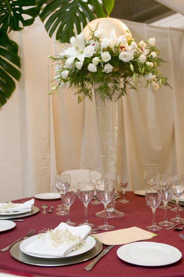Tabela extravagante ajustada para uma celebração do casamento foto de stock
