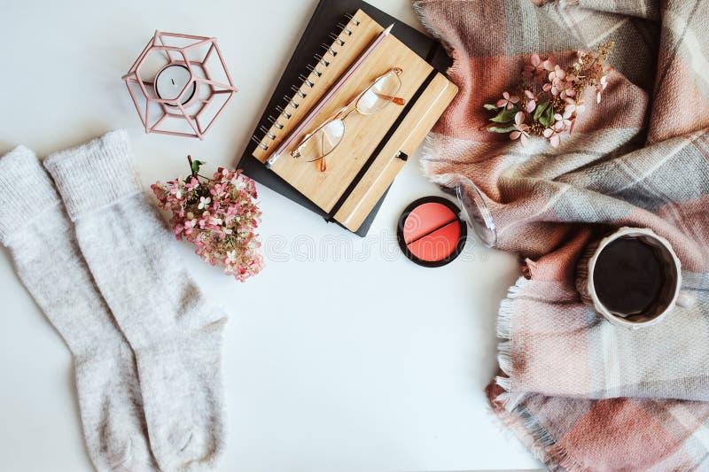 a tabela feminino do inverno, a roupa da forma da mulher e compõem, livro do esboço e café fotografia de stock royalty free