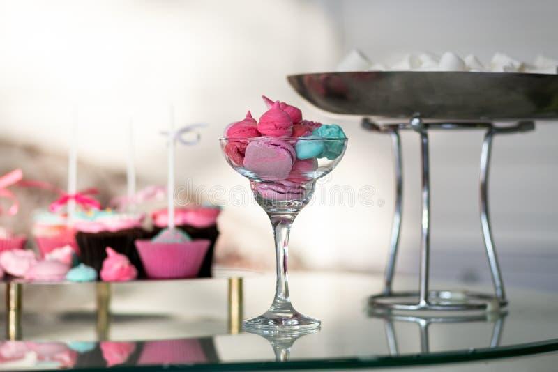 Tabela festiva com doces o bolo cor-de-rosa chique, crianças endurece, bolo de aniversário, tabela doce, barra de chocolate, fotografia de stock
