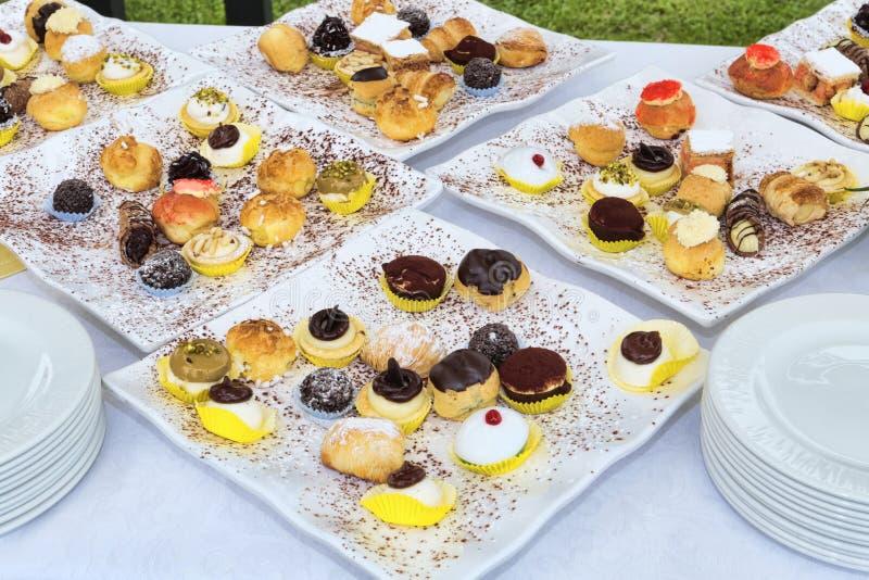Tabela festiva com muitas pastelarias sortidos para uma celebração saboroso - foco seletivo imagem de stock royalty free