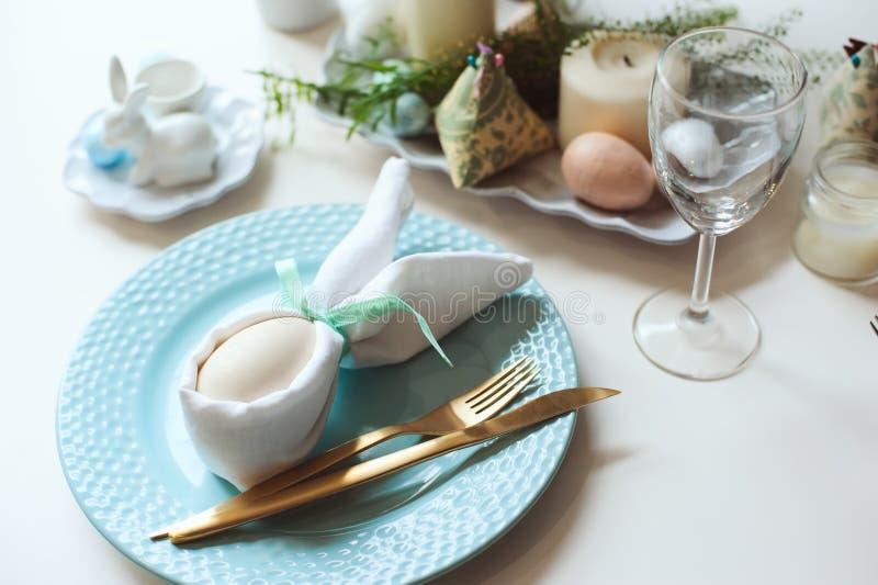 Tabela festiva da Páscoa Convidado que janta o lugar decorado com guardanapo e ovo do coelho imagens de stock