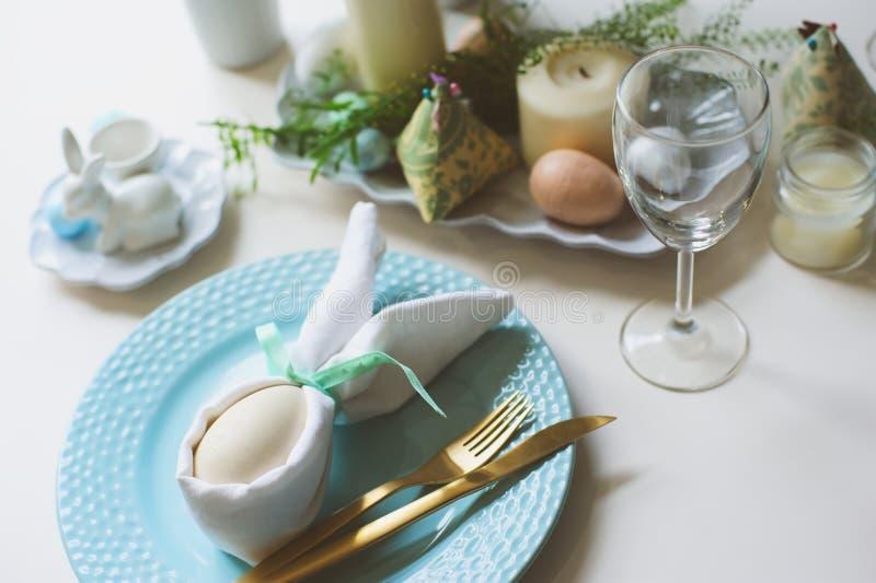 Tabela festiva da Páscoa Convidado que janta o lugar decorado com guardanapo e ovo do coelho fotos de stock