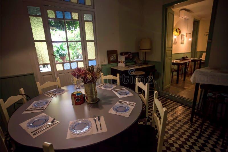 Tabela grande com placas e decoração do vintage dentro do restaurante velho com interior do estilo antigo imagem de stock