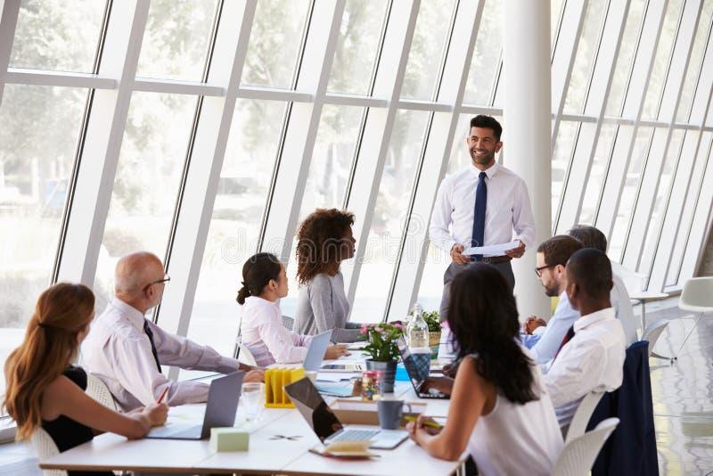 Tabela latino-americano da sala de reuniões de Leading Meeting At do homem de negócios fotos de stock