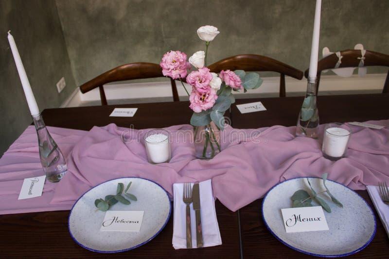 A tabela longa na sala dinning do restaurante Prepare para o olhar dinning do partido brilhante e lindo, sinta acolhedor e morno fotos de stock royalty free