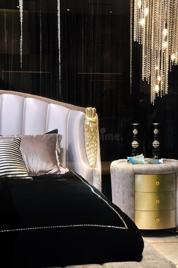 Tabela luxuosa da cama e de noite imagens de stock royalty free