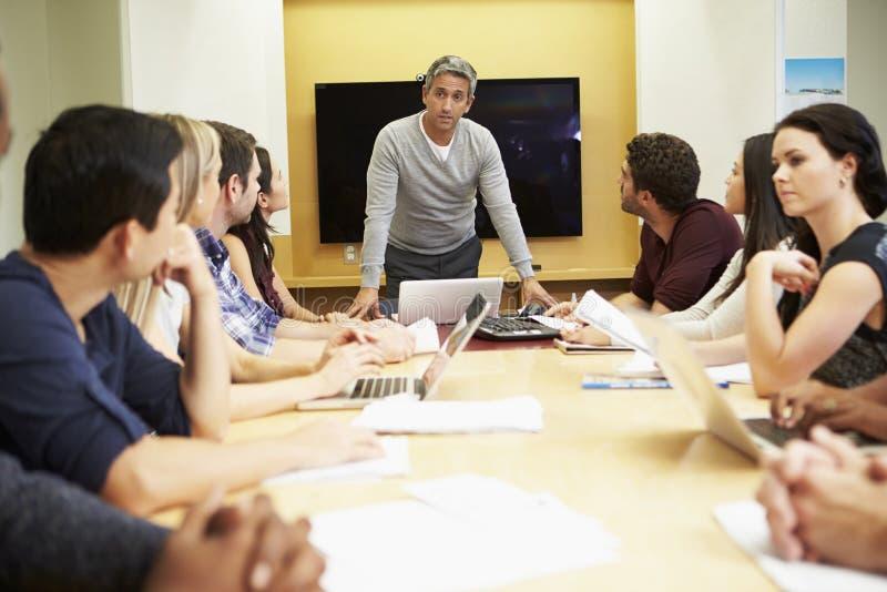 Tabela masculina da sala de reuniões de Addressing Meeting Around do chefe imagens de stock