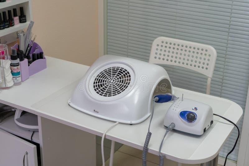 Tabela moderna com com as máquinas do pedicure e do tratamento de mãos Conceito interior fotografia de stock