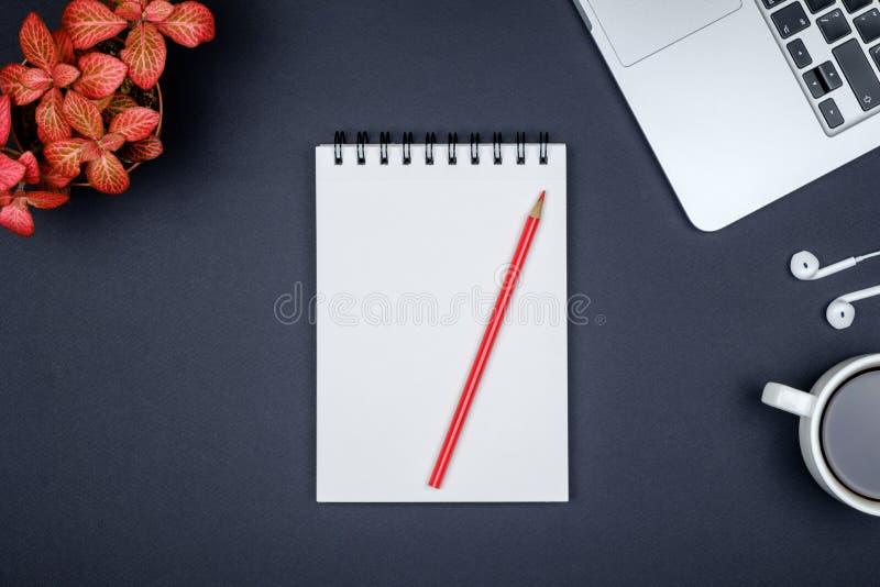 Tabela moderna da mesa de escritório do desenhista com a página vazia do caderno, lapt imagens de stock royalty free