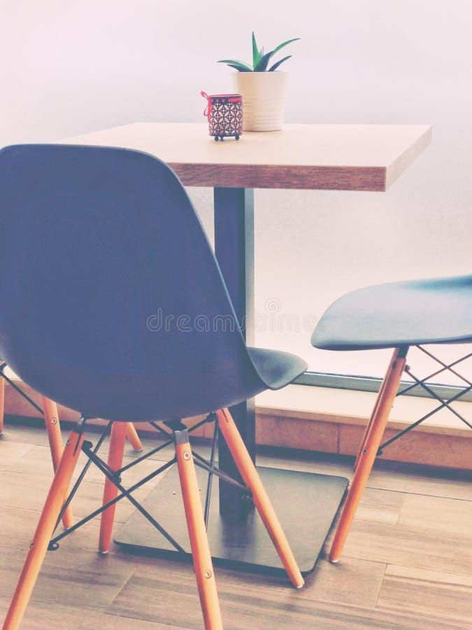 Tabela na moda do bar com cadeiras imagem de stock royalty free