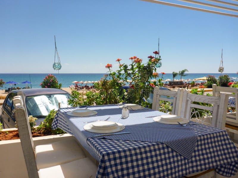 Tabela na taberna perto da praia bonita de Skala da ilha de Kefalonia, mar Ionian, Grécia fotografia de stock