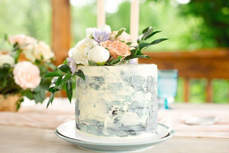 Tabela no jardim, arranjo floral da decora??o do casamento, no vintage do estilo em exterior Bolo de casamento com flores imagem de stock royalty free