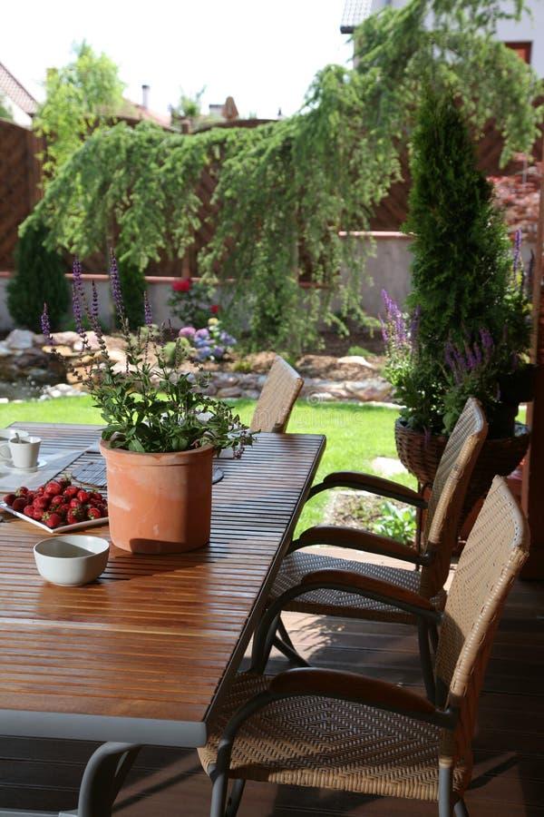 Tabela no jardim do verão imagens de stock royalty free