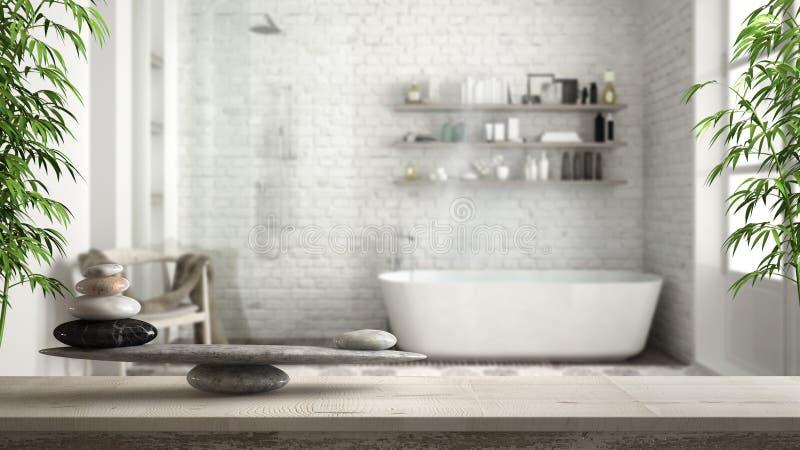 Tabela ou prateleira de madeira do vintage com equilíbrio de pedra, sobre o banheiro borrado do vintage com banheira e chuveiro,  imagens de stock royalty free