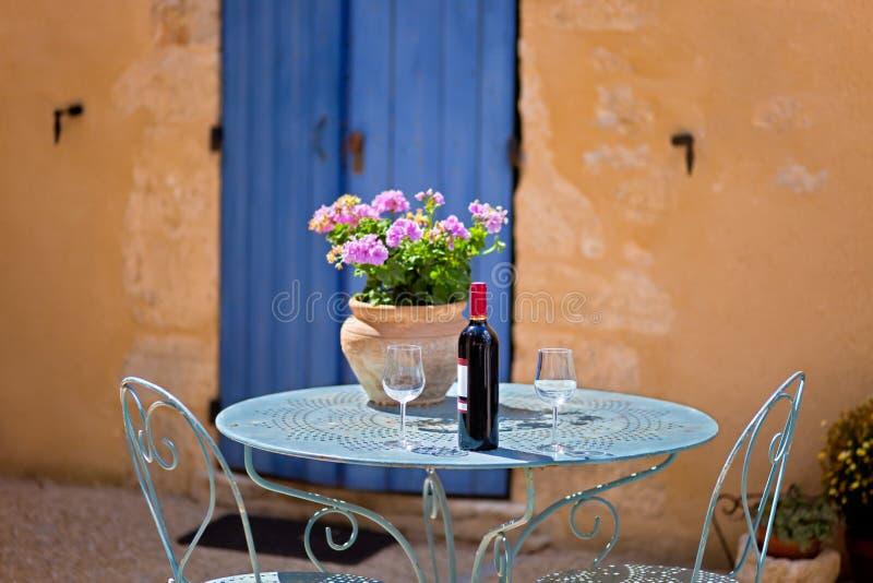 Tabela para o grupo dois com vinho tinto. Provence, França. imagens de stock royalty free