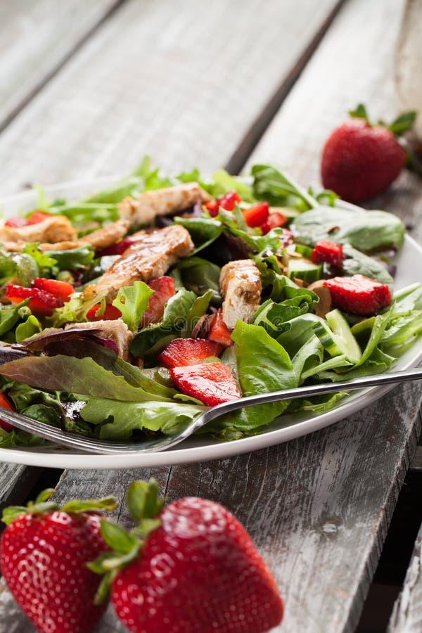 Tabela resistida Honey Balsamic Salad alaranjada do celeiro da morango imagem de stock
