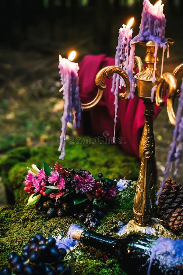 Tabela romântica com musgo, velas do gotejamento imagens de stock royalty free