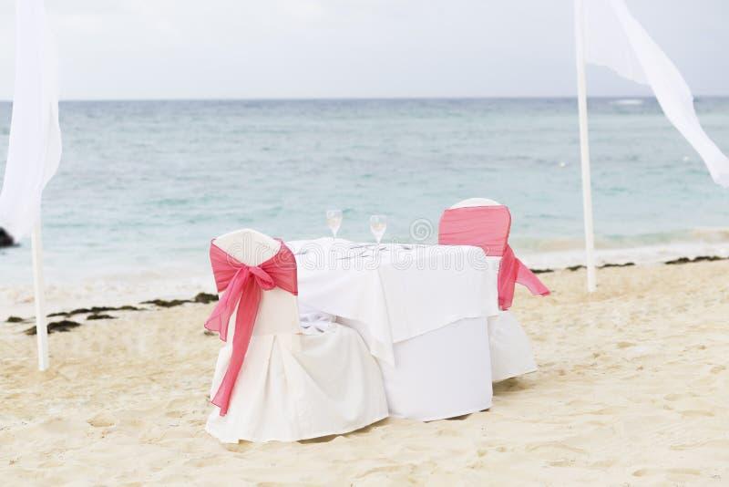 Tabela romântica para dois na praia imagem de stock