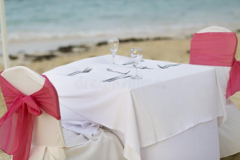 Tabela romântica para dois na praia foto de stock royalty free