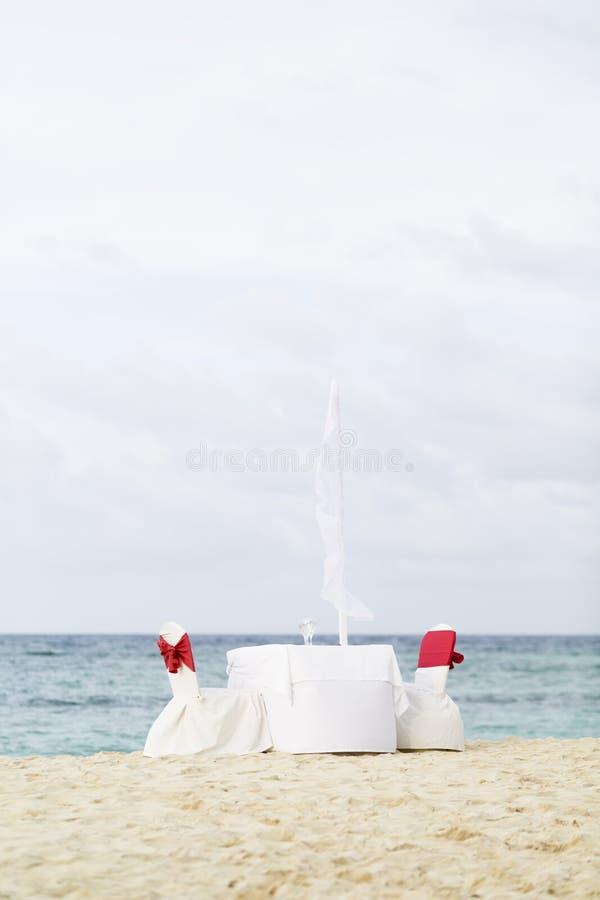Tabela romântica para dois na praia imagens de stock