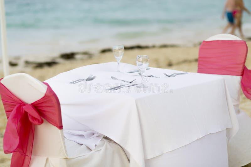 Tabela romântica para dois na praia imagens de stock royalty free