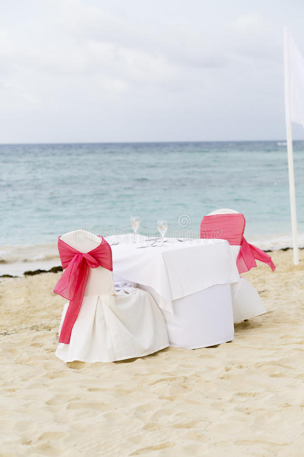 Tabela romântica para dois na praia imagem de stock royalty free