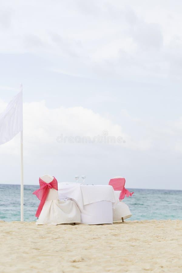 Tabela romântica para dois na praia fotografia de stock