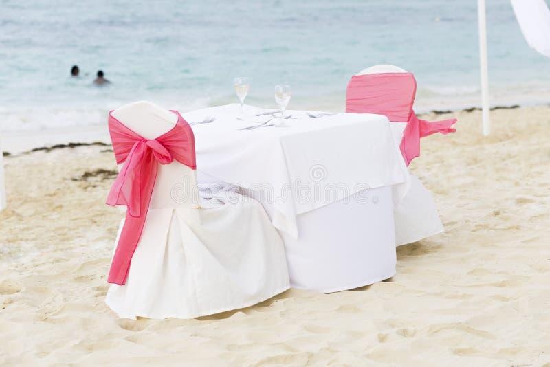 Tabela romântica para dois na praia fotografia de stock royalty free