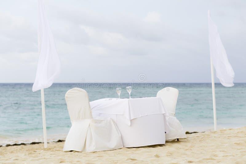 Tabela romântica para dois na praia fotos de stock