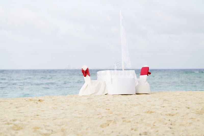 Tabela romântica para dois na praia foto de stock