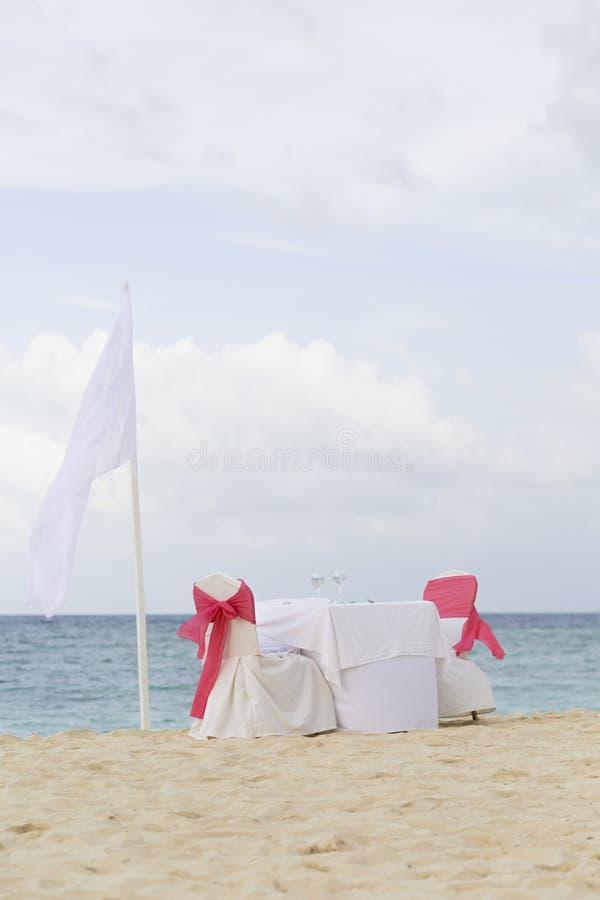 Tabela romântica para dois na praia fotos de stock royalty free