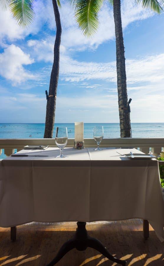 Tabela romântica para a praia dois tropical imagens de stock royalty free