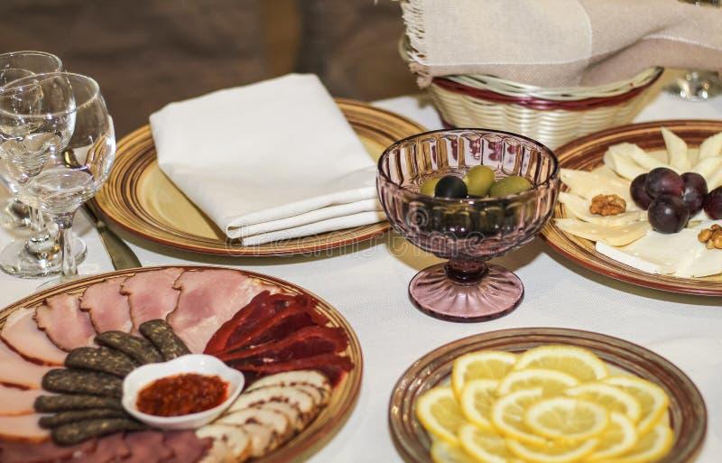 tabela służyć zimnych cięć cytryna i oliwki obrazy royalty free