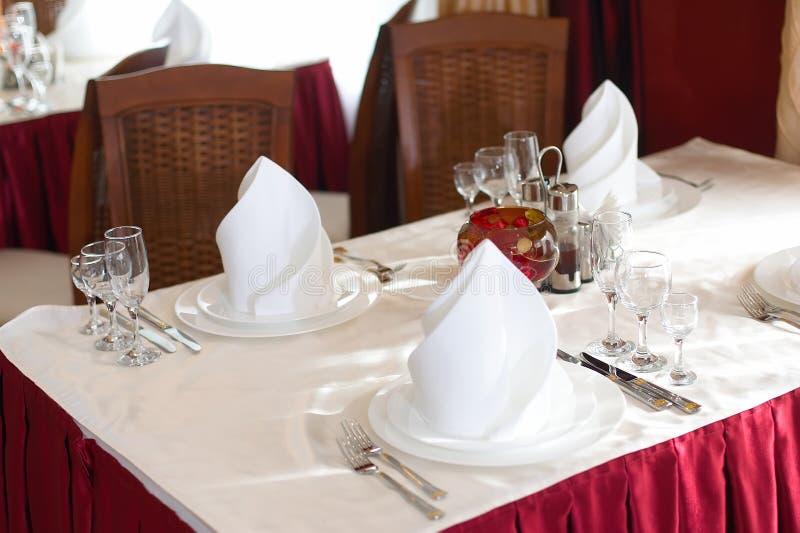 A tabela servida antes de um feriado no restaurante fotografia de stock
