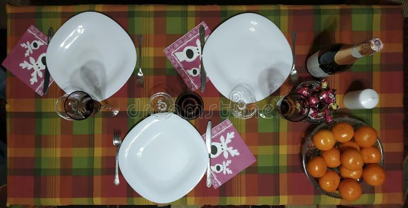 Tabela Served New Year Duże talerze, okulary do koniaku i okulary do szampana zdjęcie stock