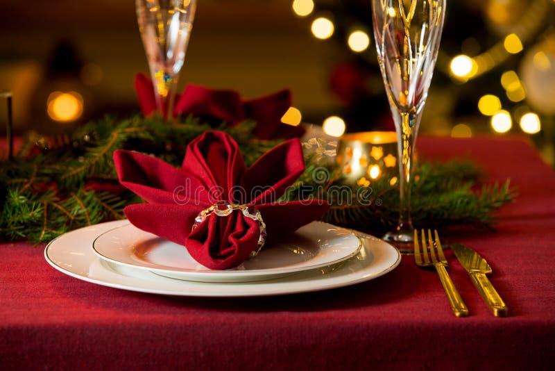 Tabela servida bonita do Natal com velas fotografia de stock