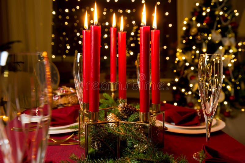 Tabela servida bonita do Natal com velas foto de stock