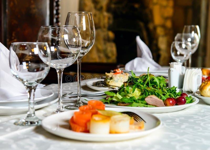 Tabela servida do restaurante do banquete fotografia de stock royalty free