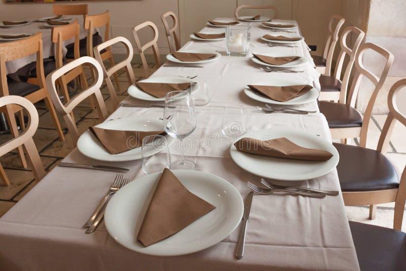 Tabela servida na cor marrom no restaurante vazio imagens de stock